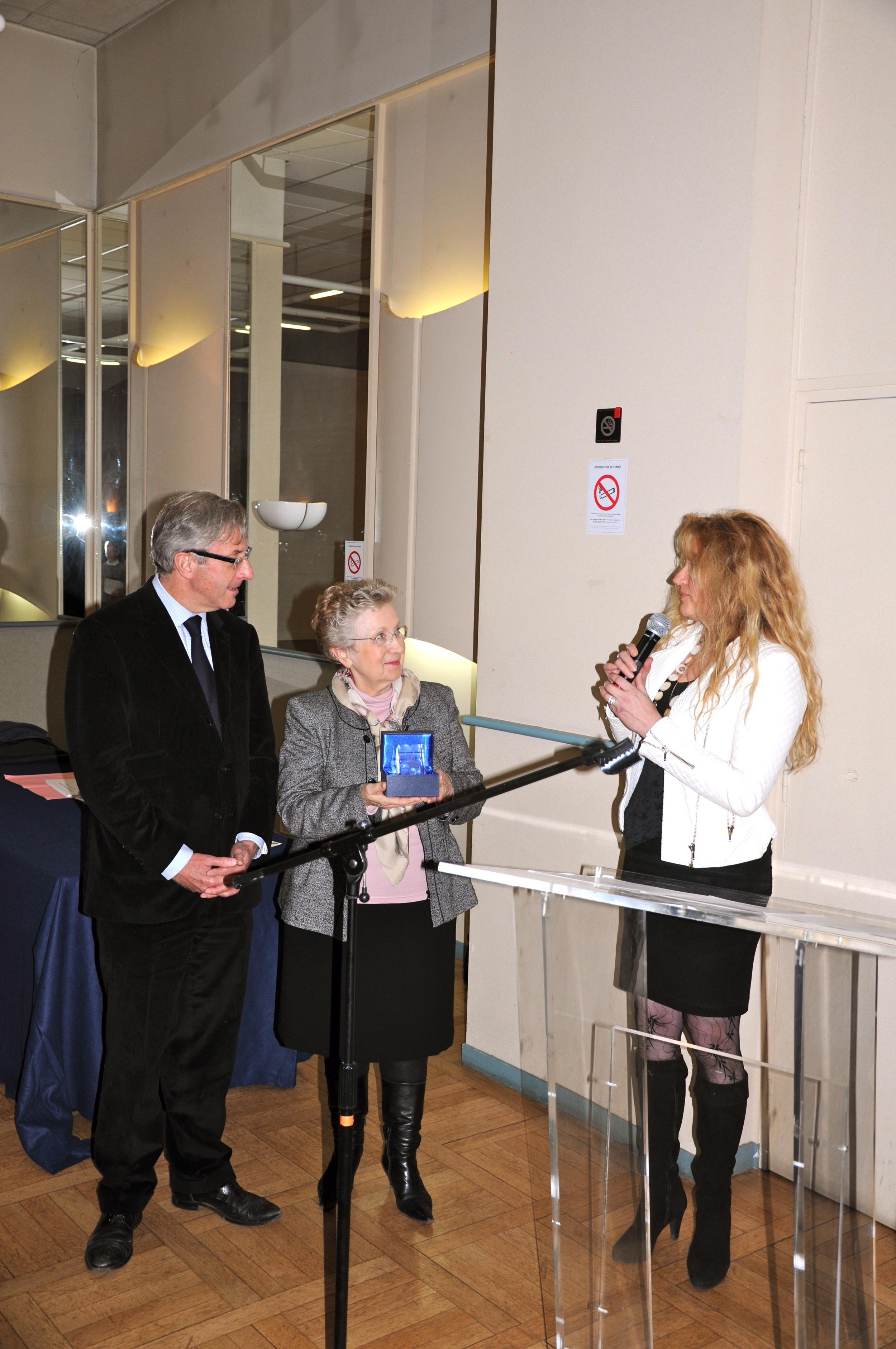 """Agnès Szabelewski reçoit un prix """"le Cheval d'Excellence"""" des mains du Maire de Marly-le-Roi, Monsieur Jean-Yves Perrot, pour la qualité de son travail. Décembre 2013."""