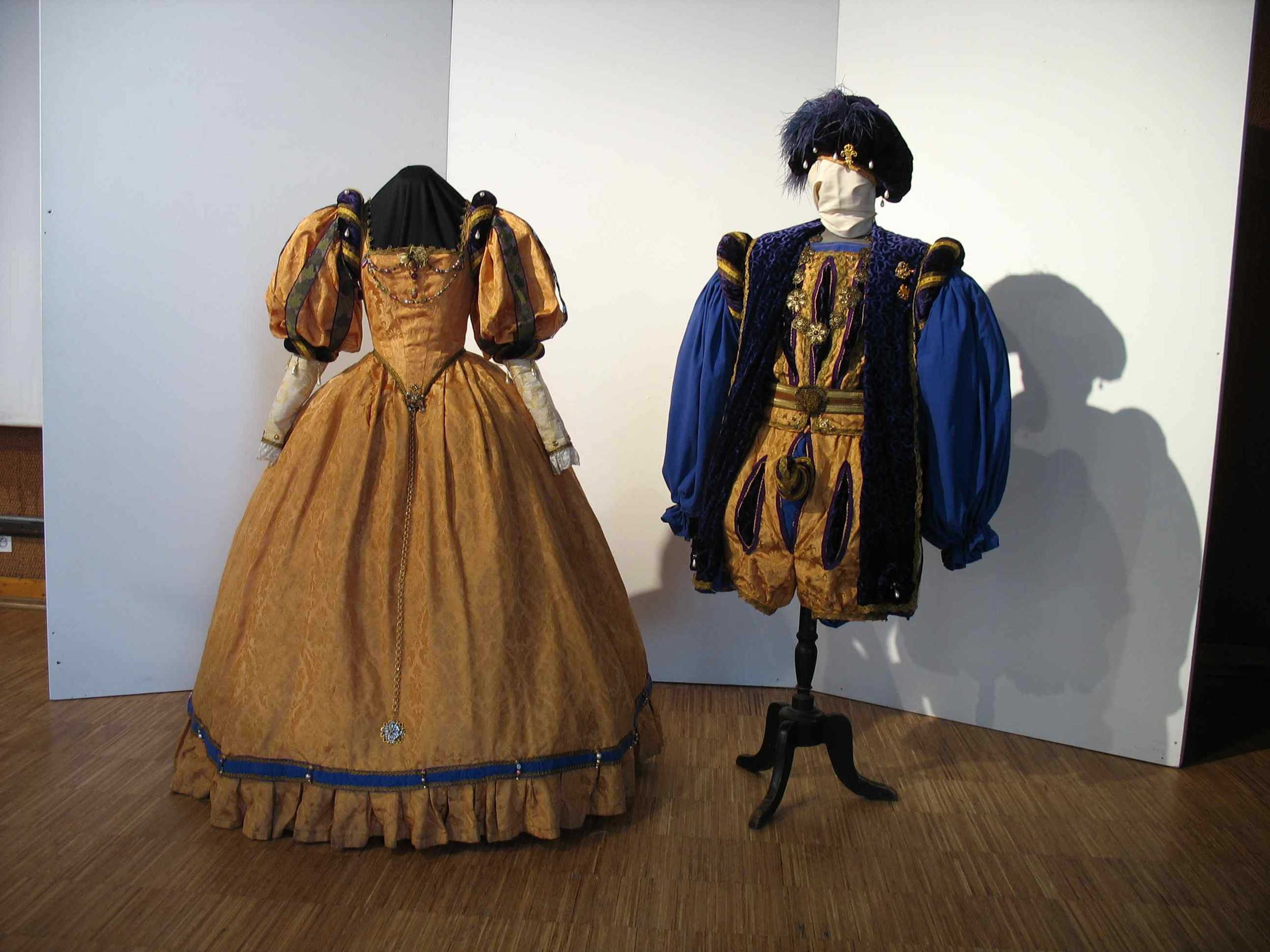 Exposition des artistes Marlychois lors des salons des jeunes artistes - Agnès Szabelewski expose ses costumes d'époque