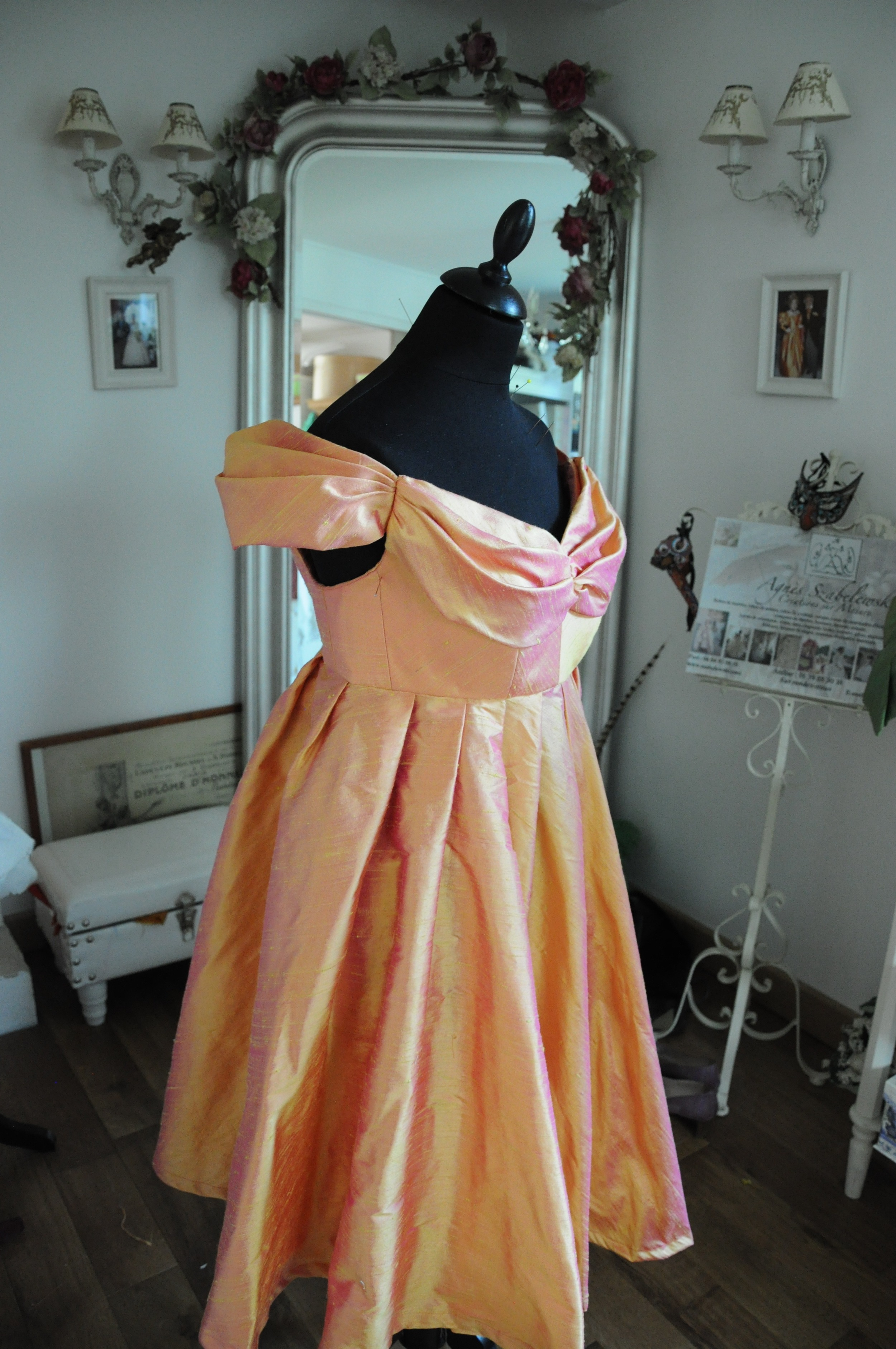 Robe de cocktail en douppion de soie changeant orangé rose