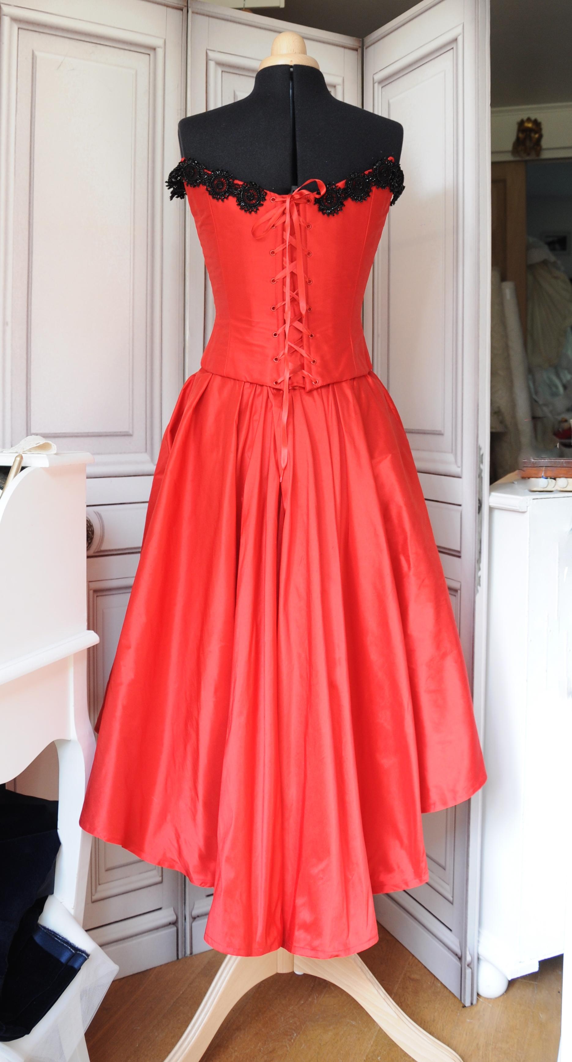 Robe de cocktail en taffetas de soie rouge décorée de jais ancien
