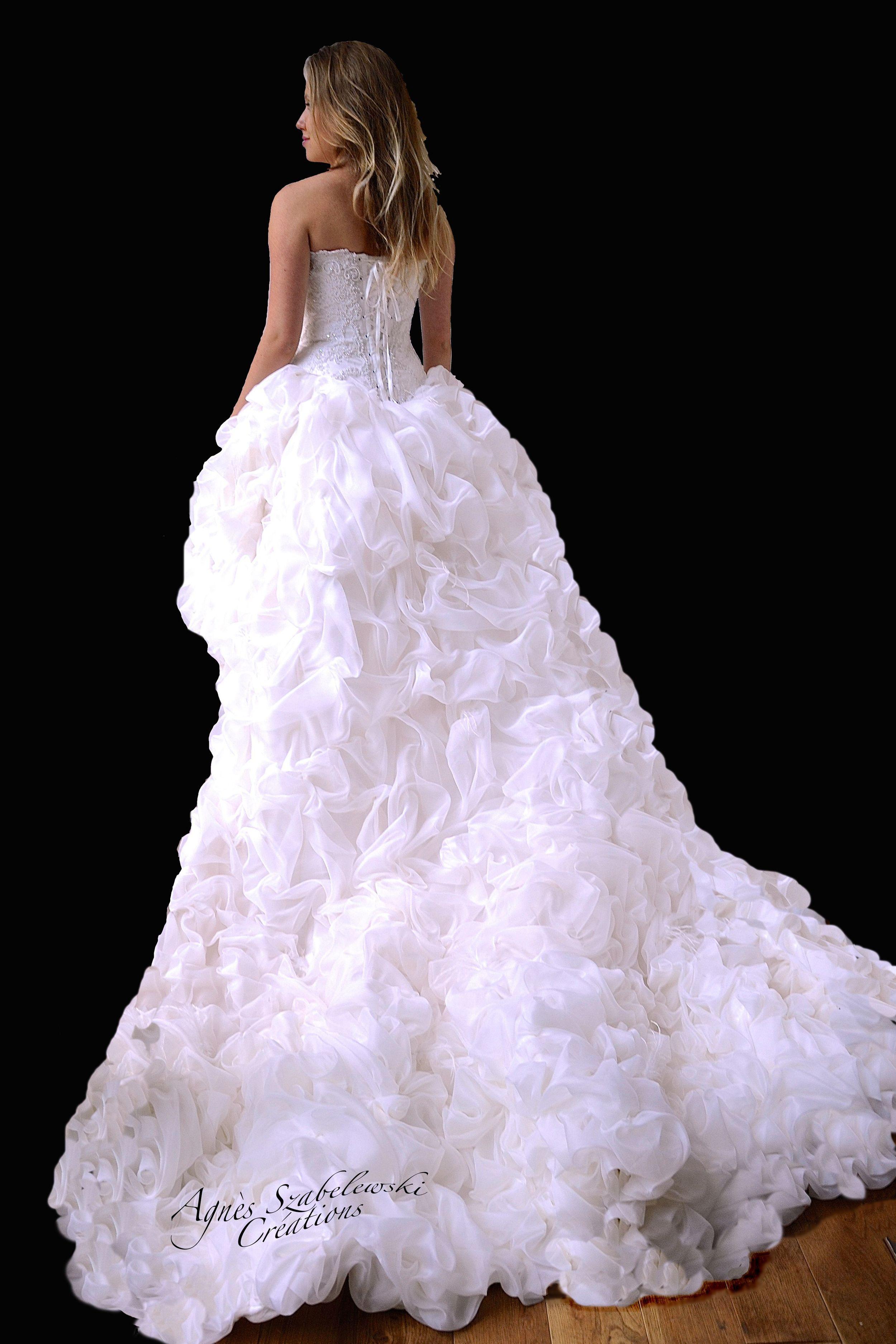 Robe de mariée avec traîne décorée d'organza de soie à la main