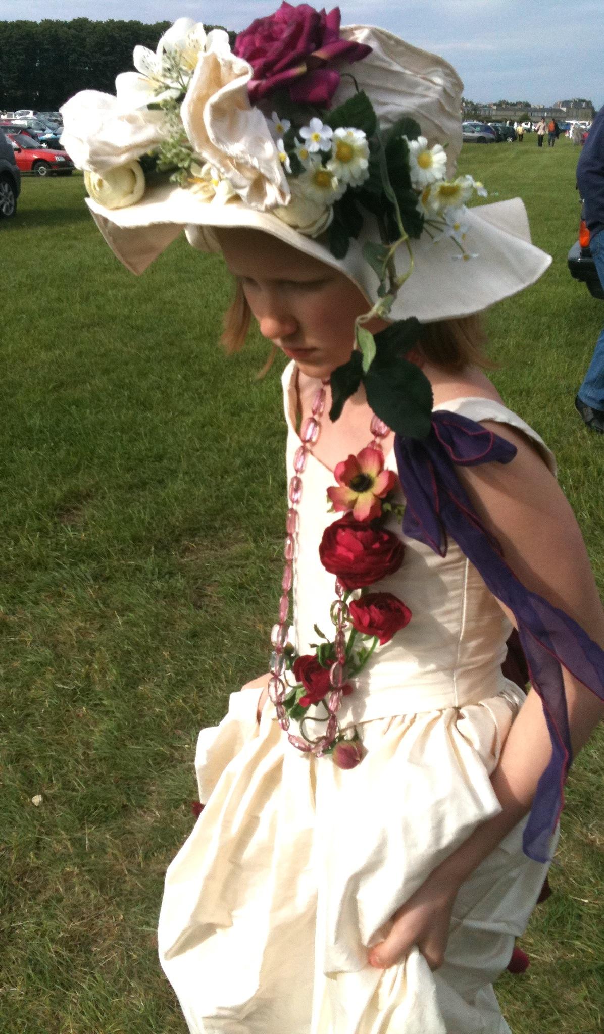 Chapeau en soie sauvage avec décoration de fleurs, sur mesure