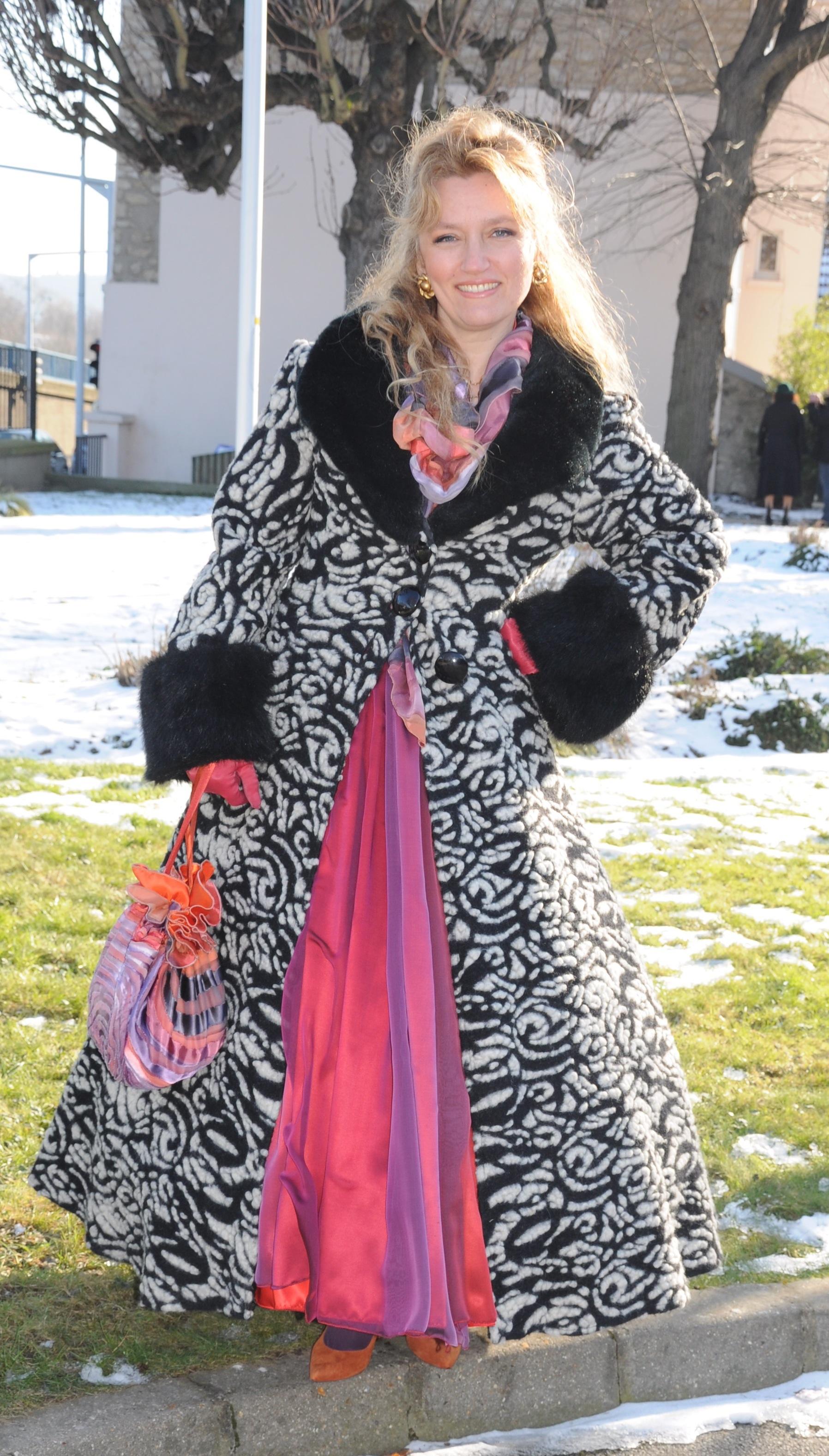 Manteau long en laine cintré noir et blanc avec fausse fourrure noire
