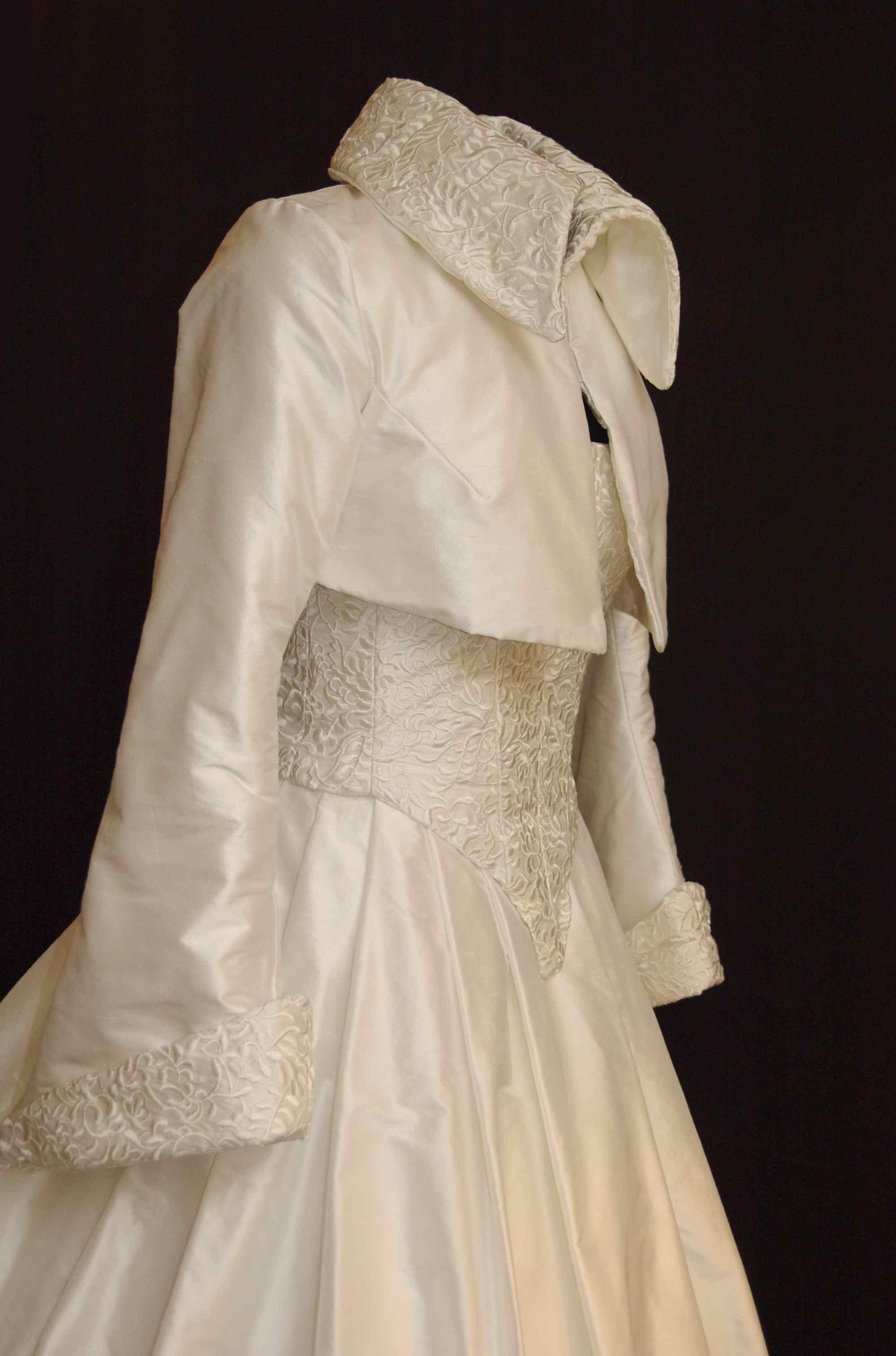 Boléro en soie doublé de laine polaire, avec col et manches en soie brodée
