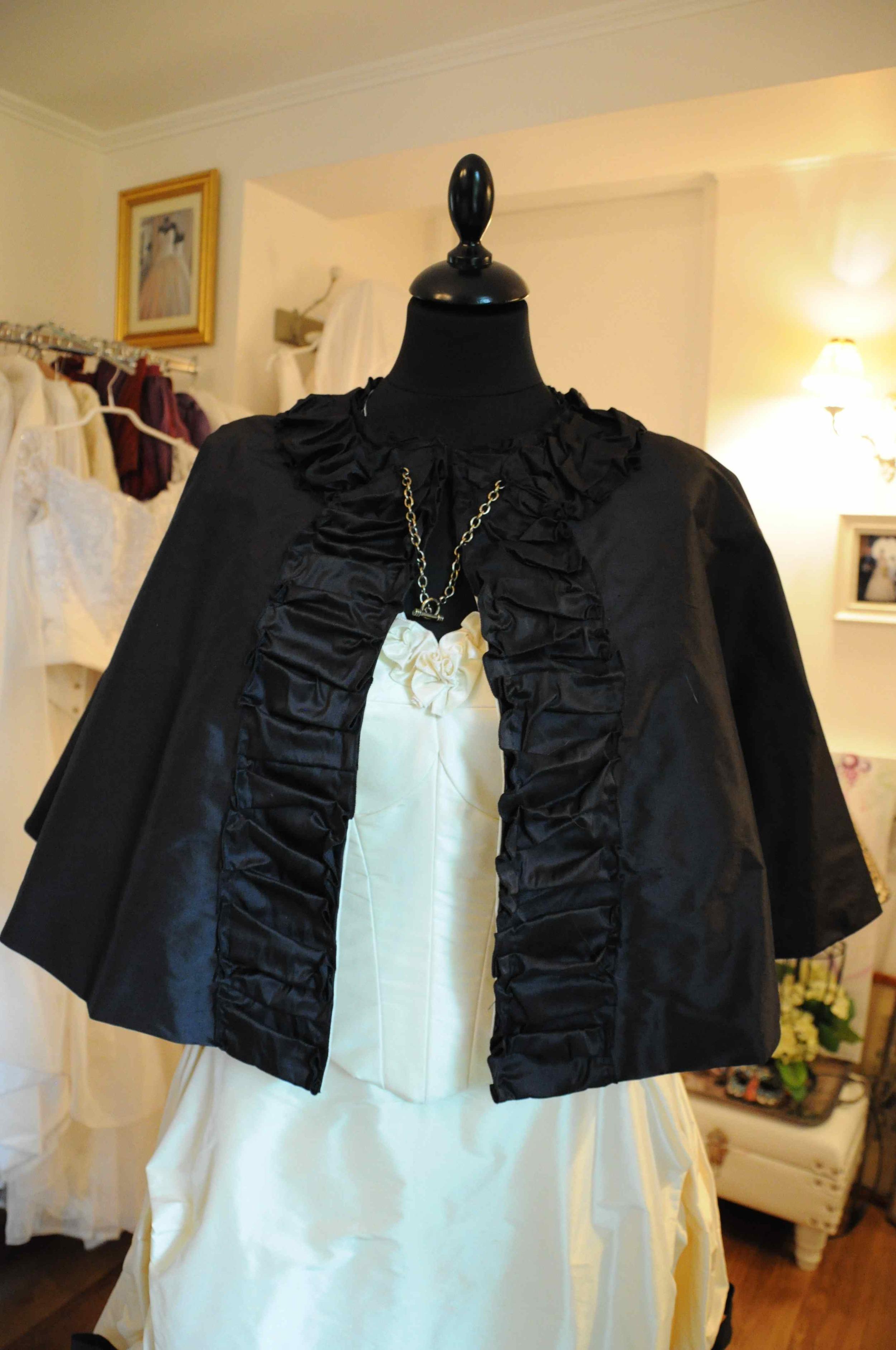 Cape de mariée en taffetas de soie noire style 19e siècle