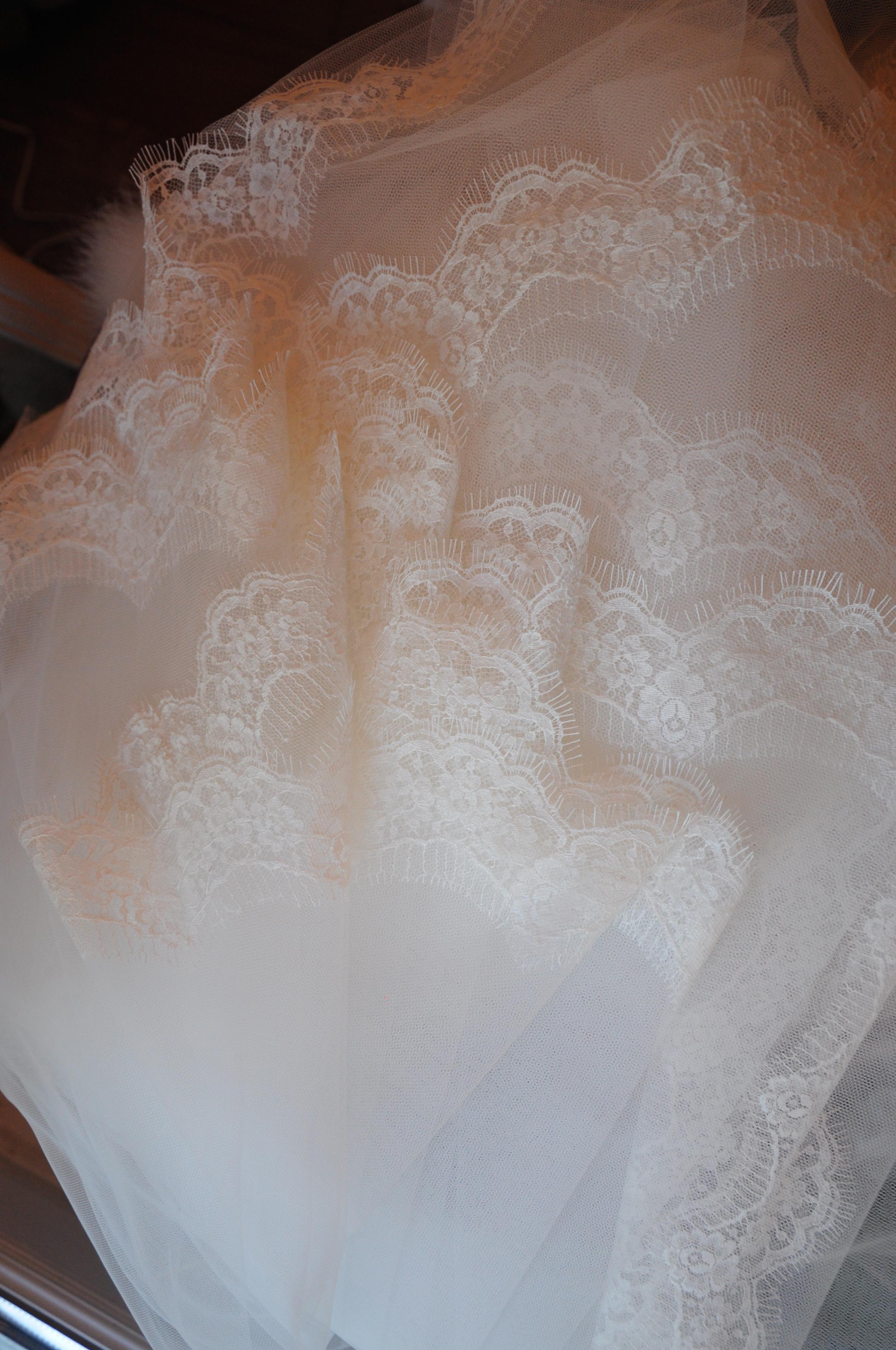 Voile de mariée bordé de dentelle fine de Calais à la main, sur mesure