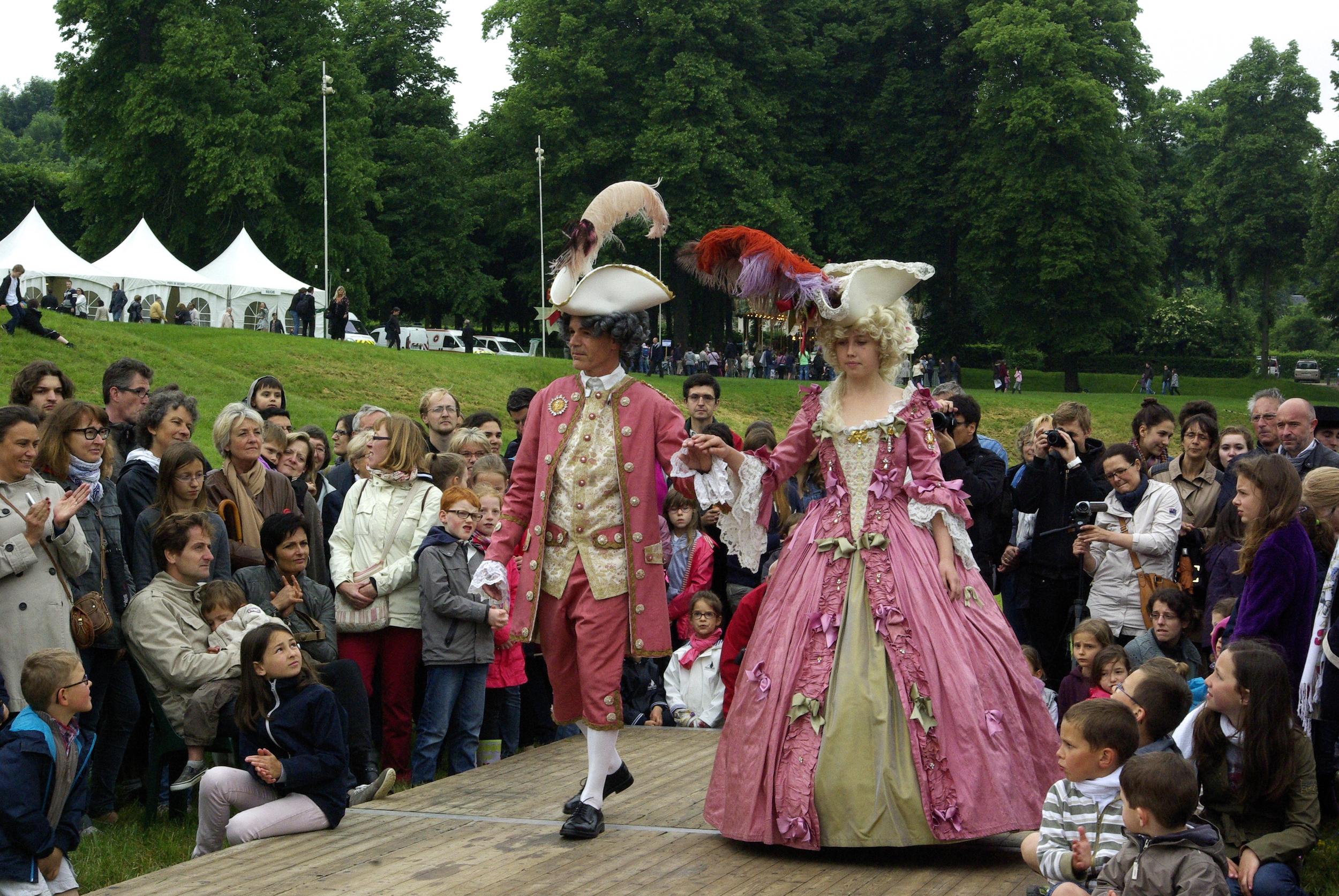 Costumes 18e siècle roses homme et femme