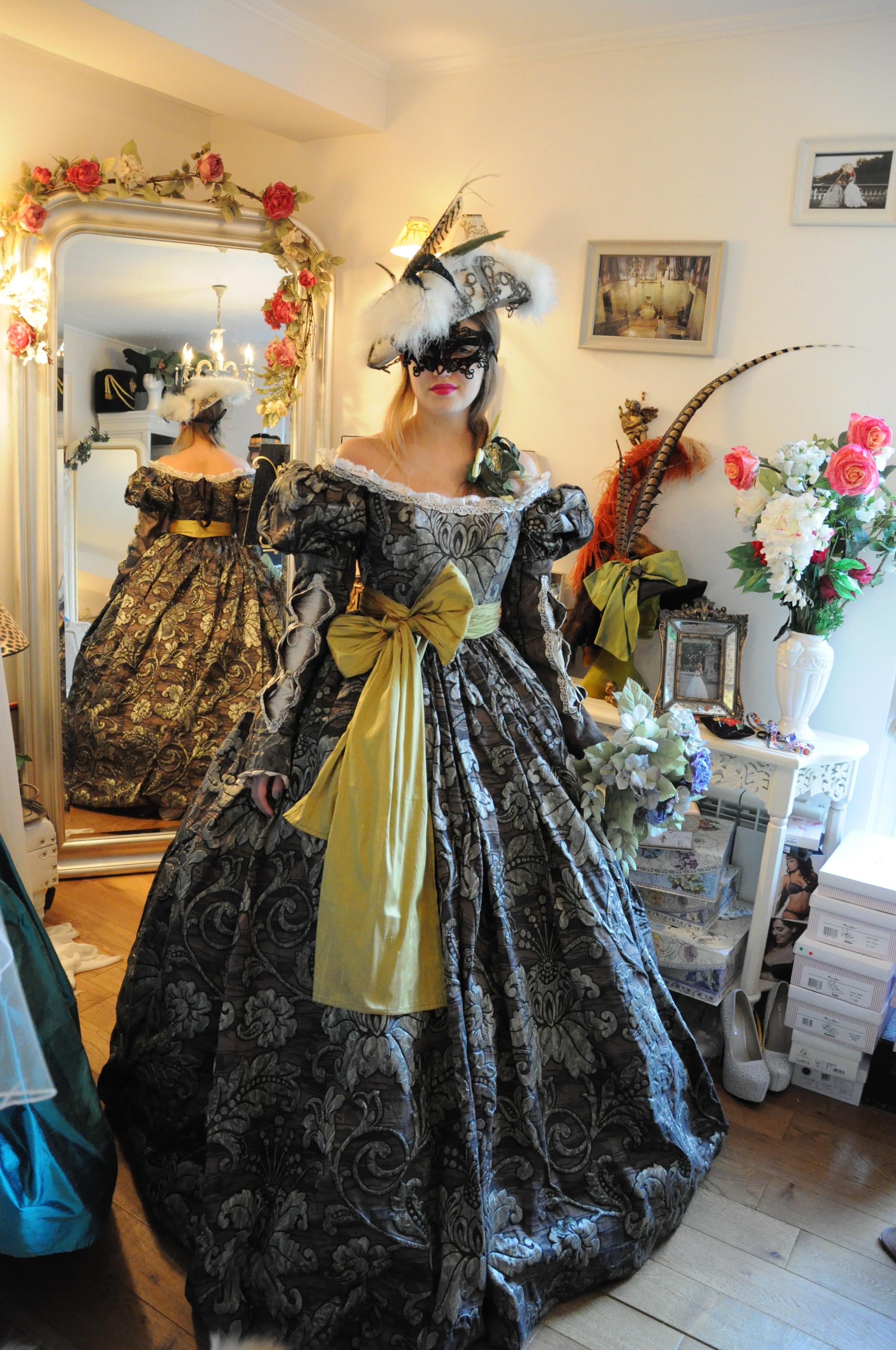 Robe Renaissance en soie et brocart marron et argent. Création Agnès Szabelewski