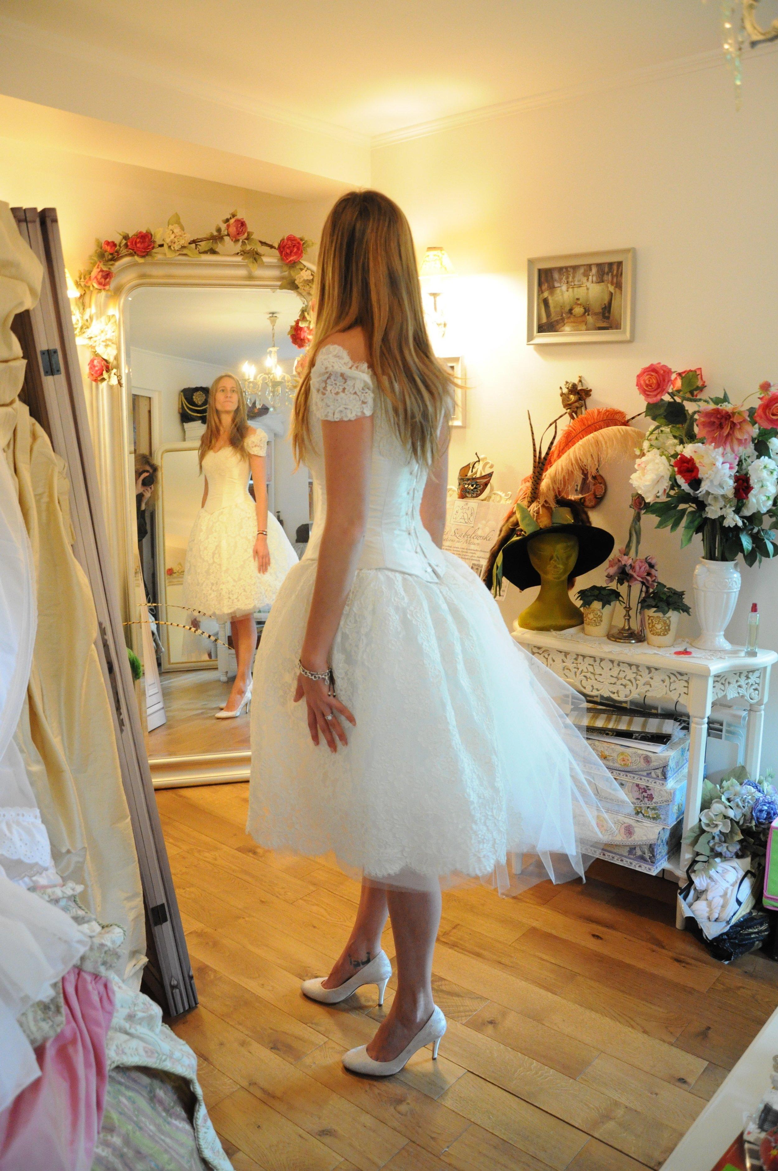 Robe de mariée corset et jupe en dentelle et tulle courte Agnes Szabelewski.jpg