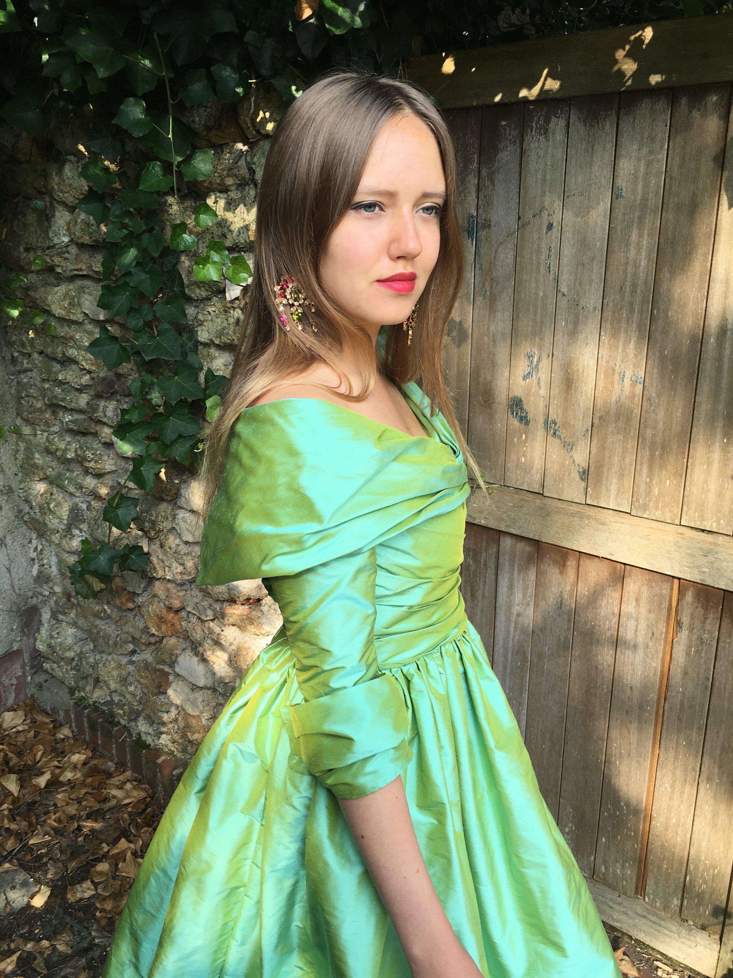 Robe de cocktail en soie verte drapée Agnes Szabelewski profil.jpg