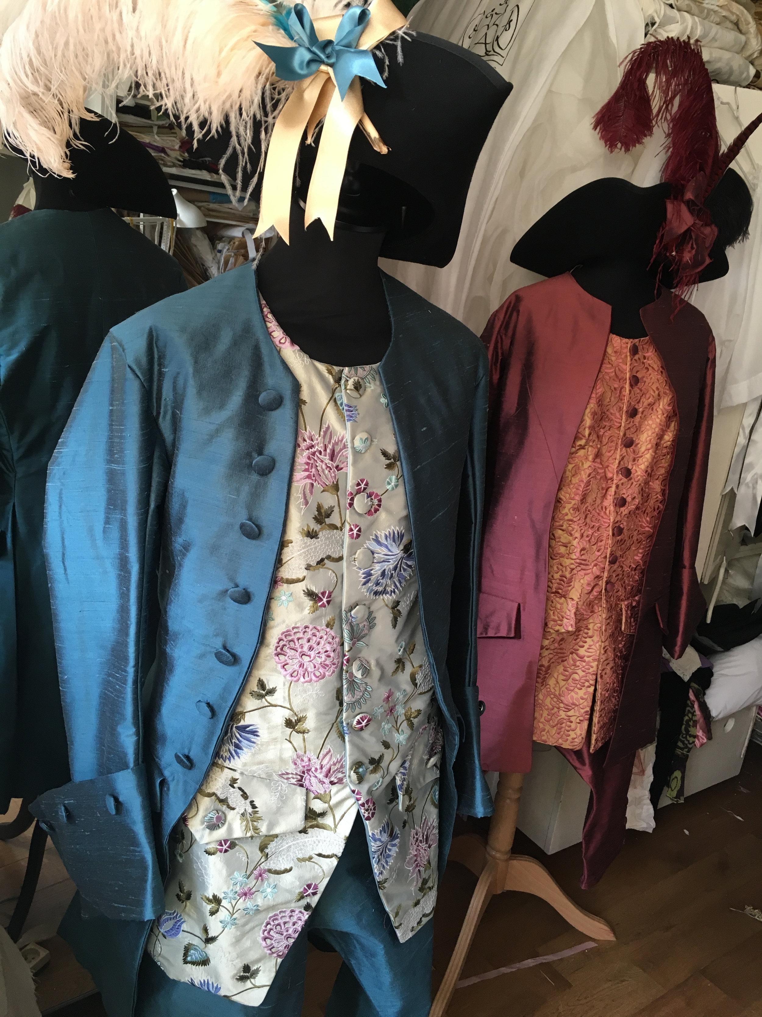 Costumes 18e siècle homme  en soie et soie brodée