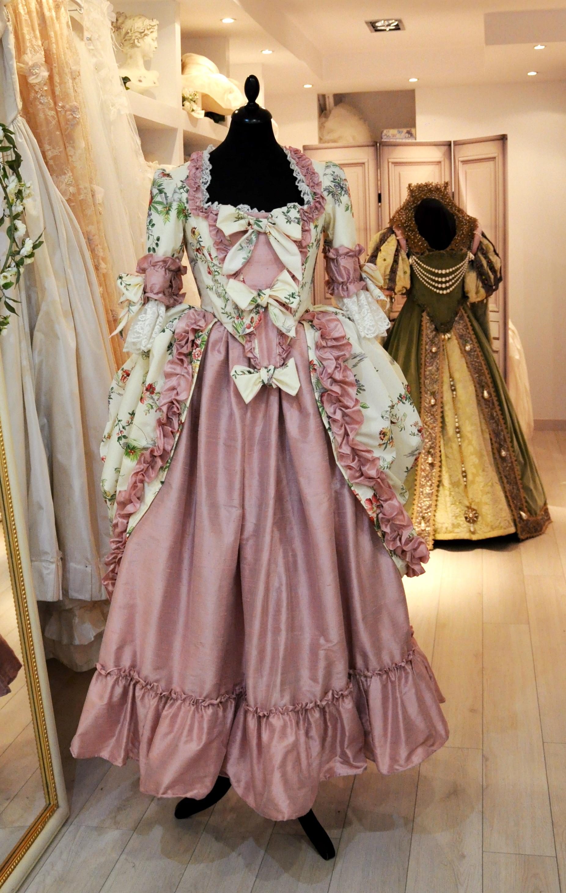Robe à la Polonaise 18e siècle en soie rose et tissu motif 18e. Création Agnès Szabelewski