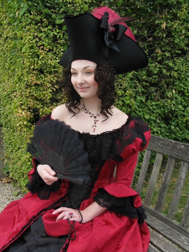 Robe Renaissance Rouge avec dentelle de Calais Noire? Agnès Szabelewski