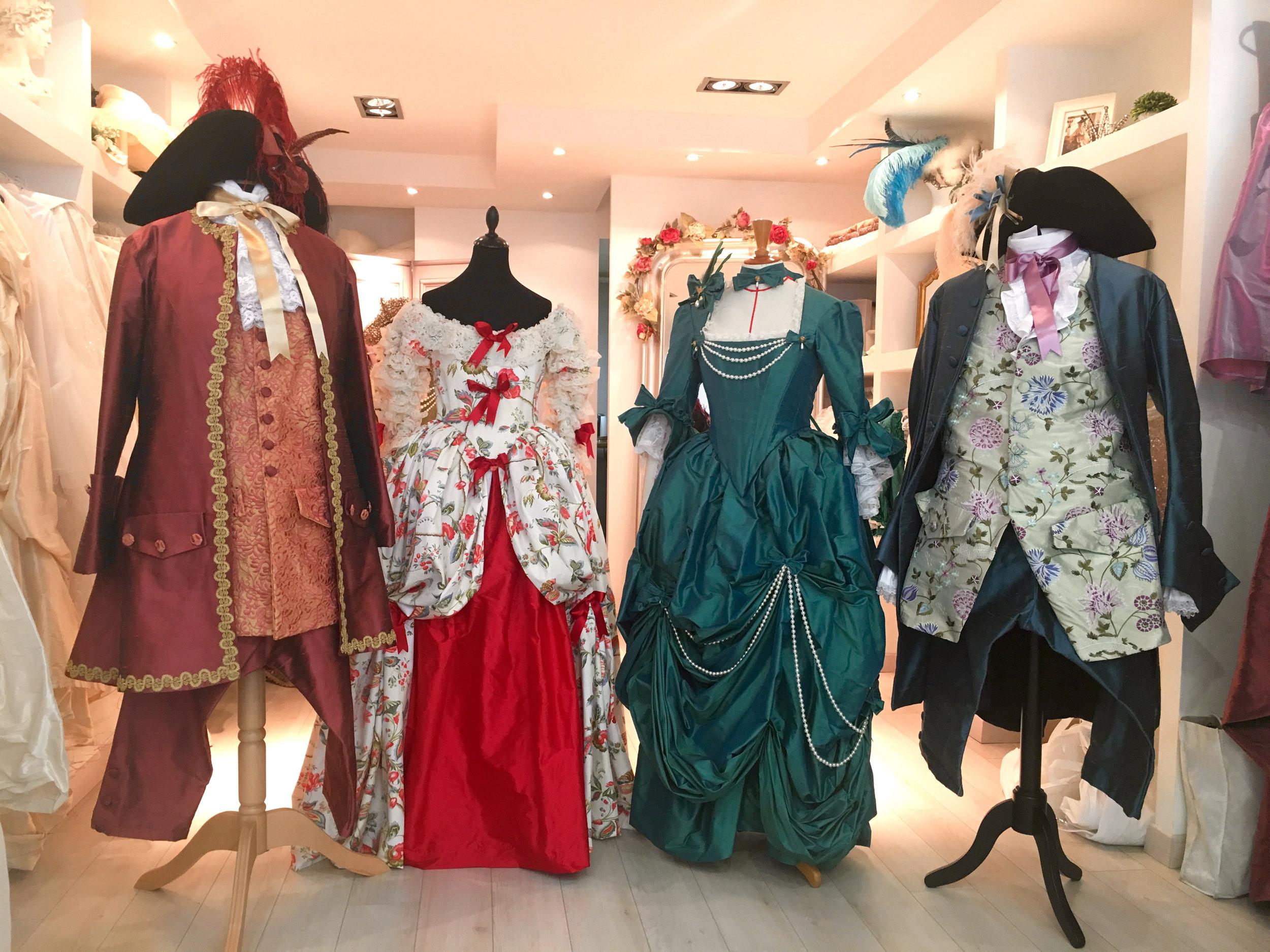 Costumes 18e siècle homme et femme en soie et tissu motif 18e siècle