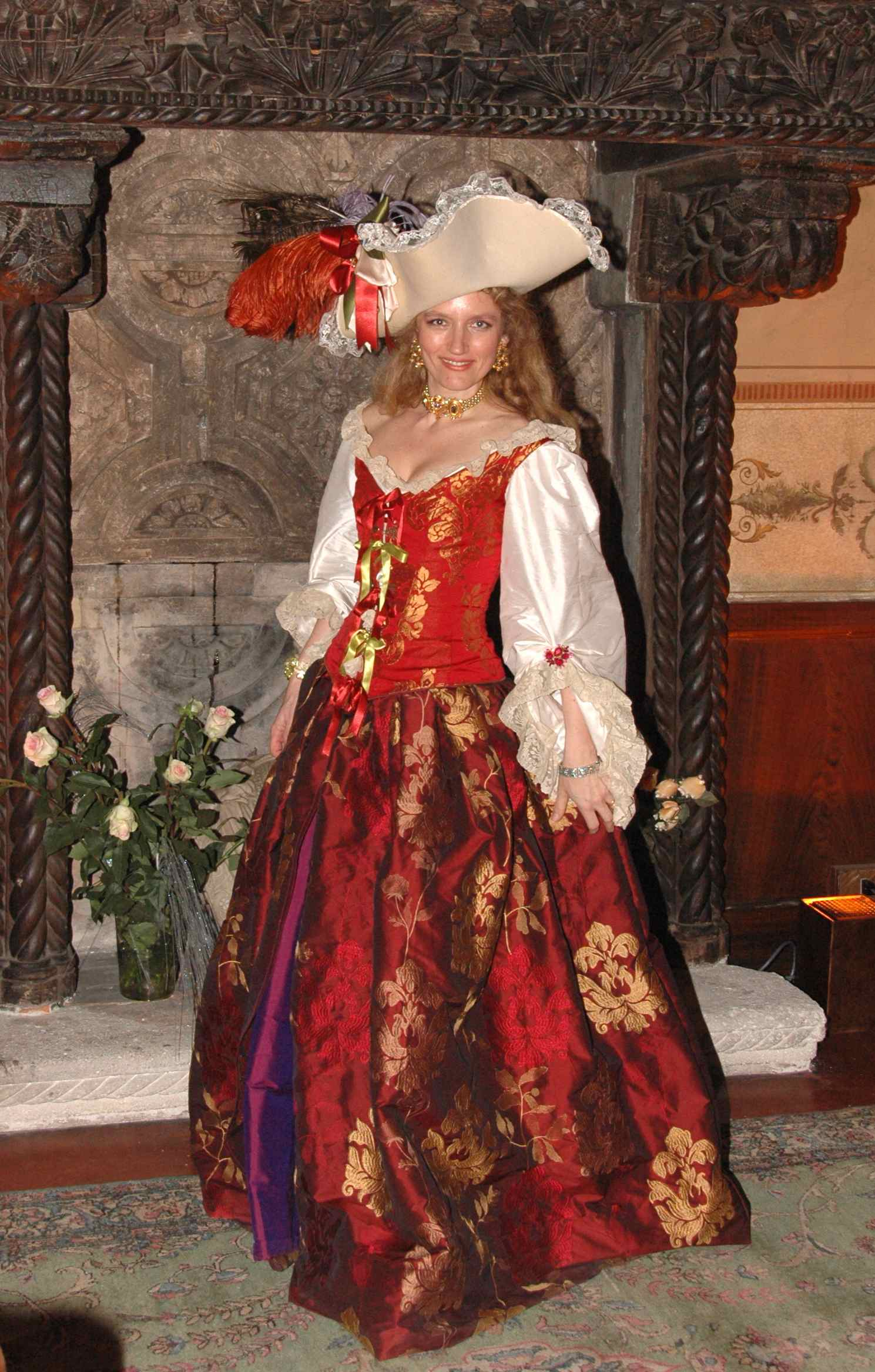 Robe XVIIe siècle rouge en soie et brocart. Agnès Szabelewski