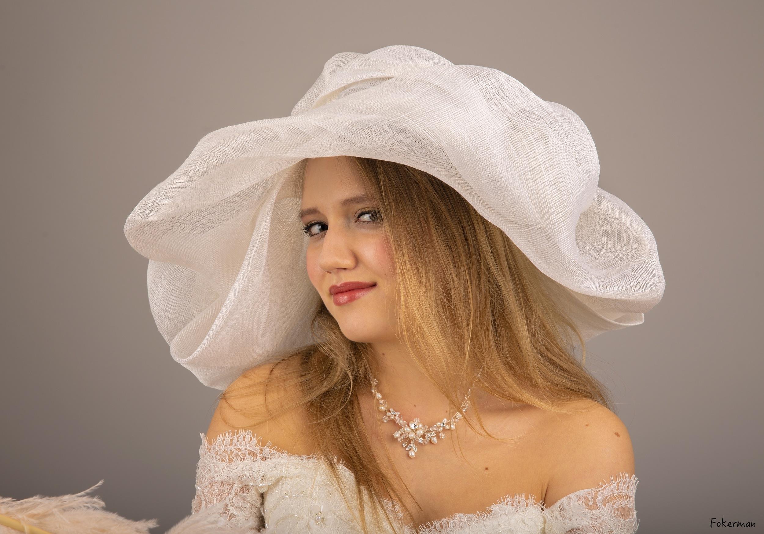 Grand chapeau en sisal blanc cassé sur mesure