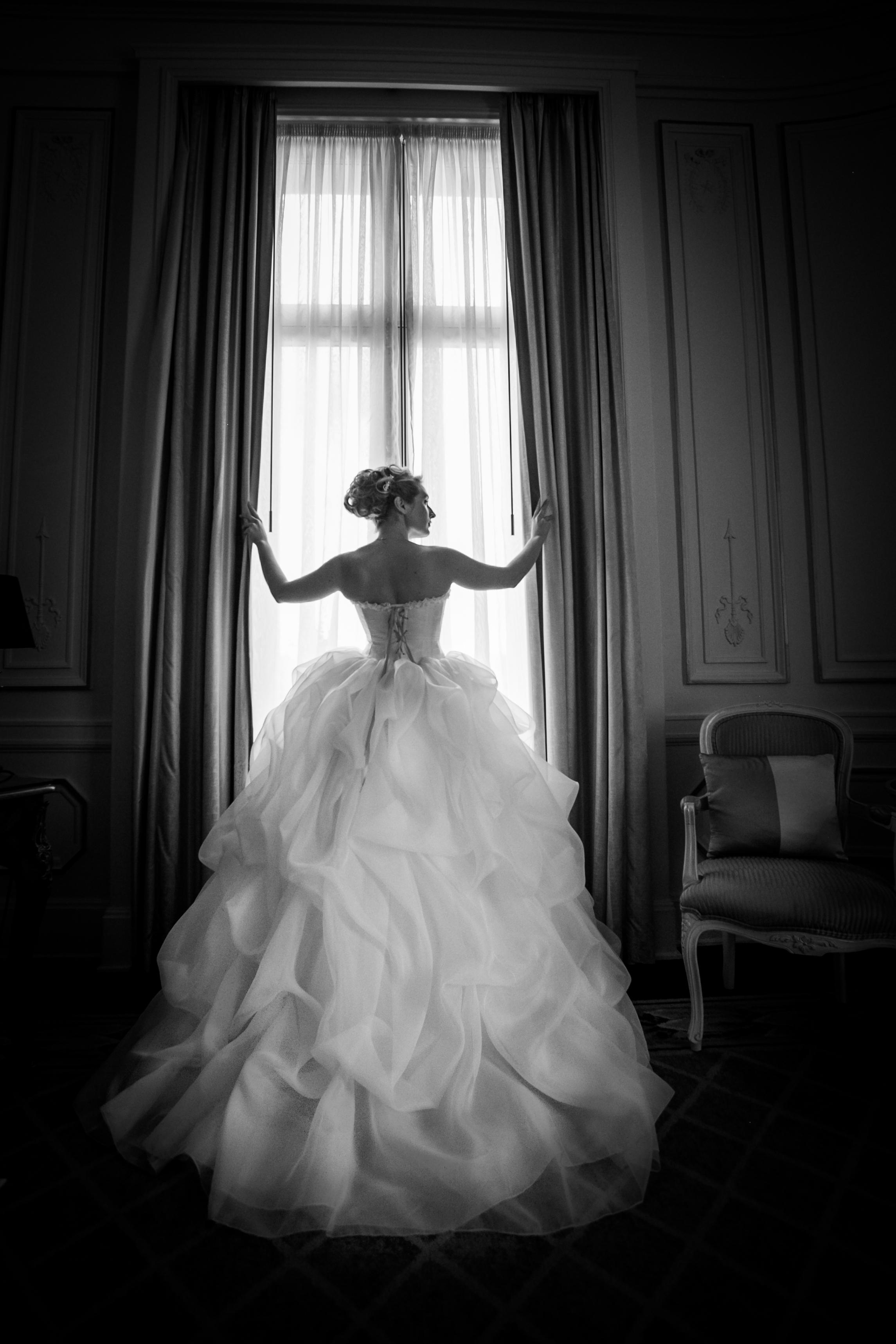 Robe de mariée en soie ivoire et mauve noir et blanc Agnès Szabelewski photo Olivier Froidefond.jpg