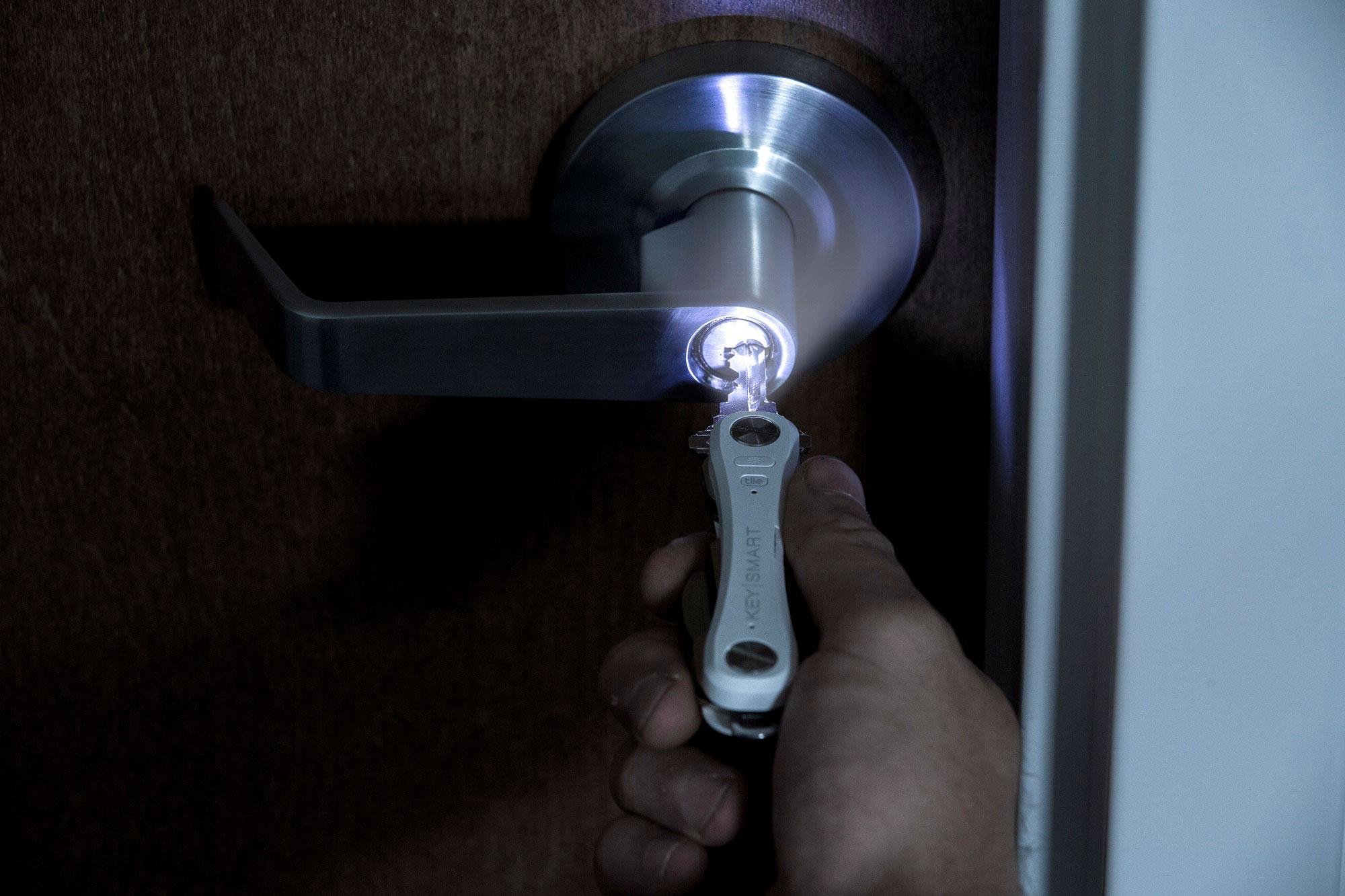 KeySmartPro_Lifestyle_LED_DarkDoor (JPEG)_2000x1333.jpg