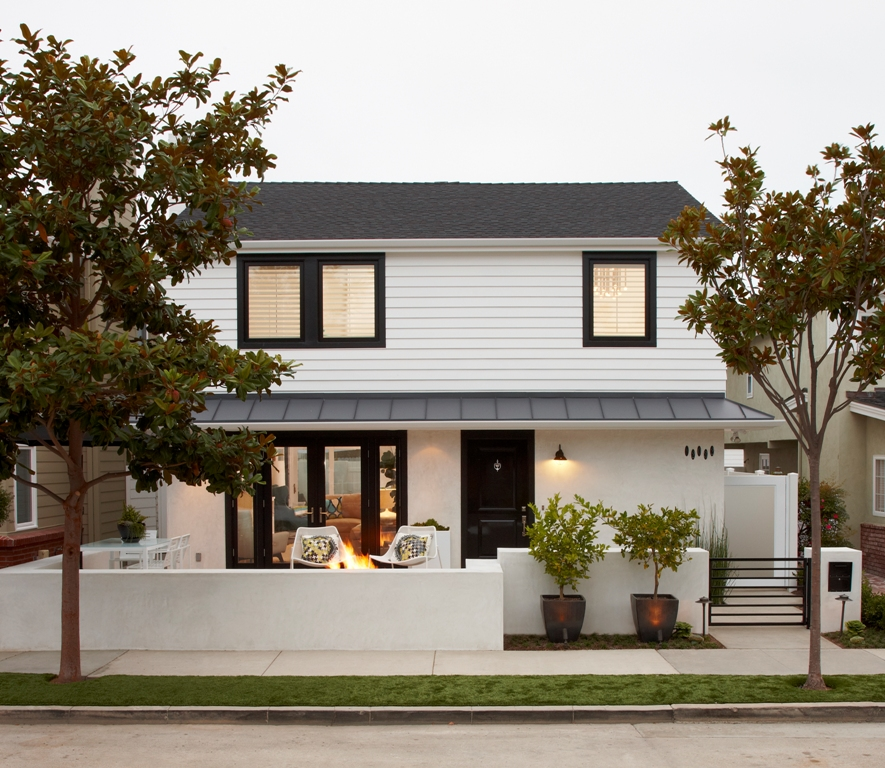 via  Eric Aust. This home is in the very social and tight knit community of peninsula point in newport beach. The owners enjoy entertaining on their front patio often.
