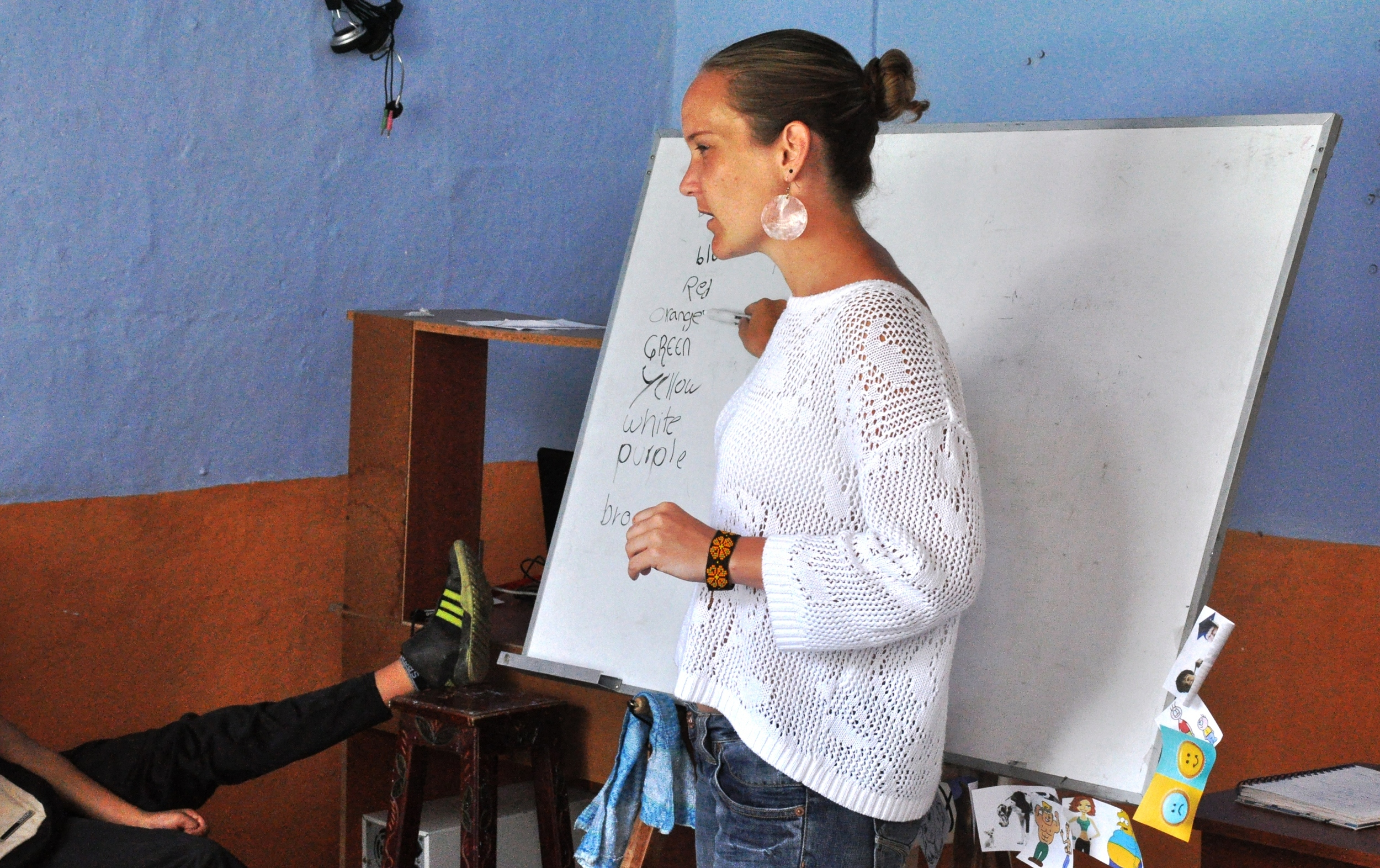 Orsolya leading an English class in Colombia.