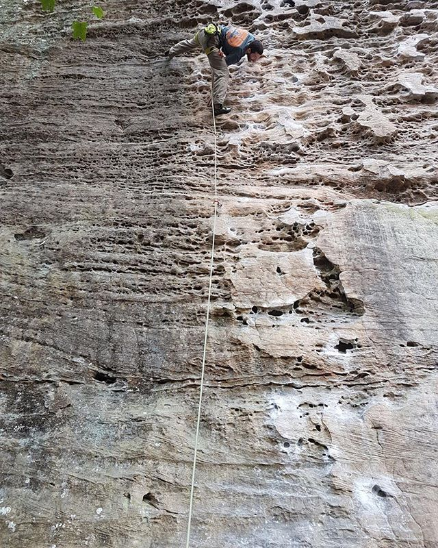 Which way is up, thanks for the awesome shot! Climb: Get Lucky in Kentucky 📷: @rylakealoha #ontoroclimbing #ontoroclimbingtees #ontorotanks #rockclimbing #bouldering #lead #getoutside #photography #picoftheday #photooftheday #madeincanada #travel #rock #mothernature #l4l #ff #like4like #kentucky #winter #goaway #strong #climbers #escalando #escalade #climbing #getlucky #getluckyinkentucky