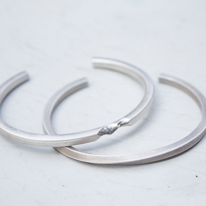 Silver Bangle Workshop - 銀手鐲製作班In our silver bangle making workshop, you will be able to handcraft your very own silver bangle within 1 single session. We provide 6 samples to choose from and each style comes with different techniques.BOOK AN APPOINTMENT NOW