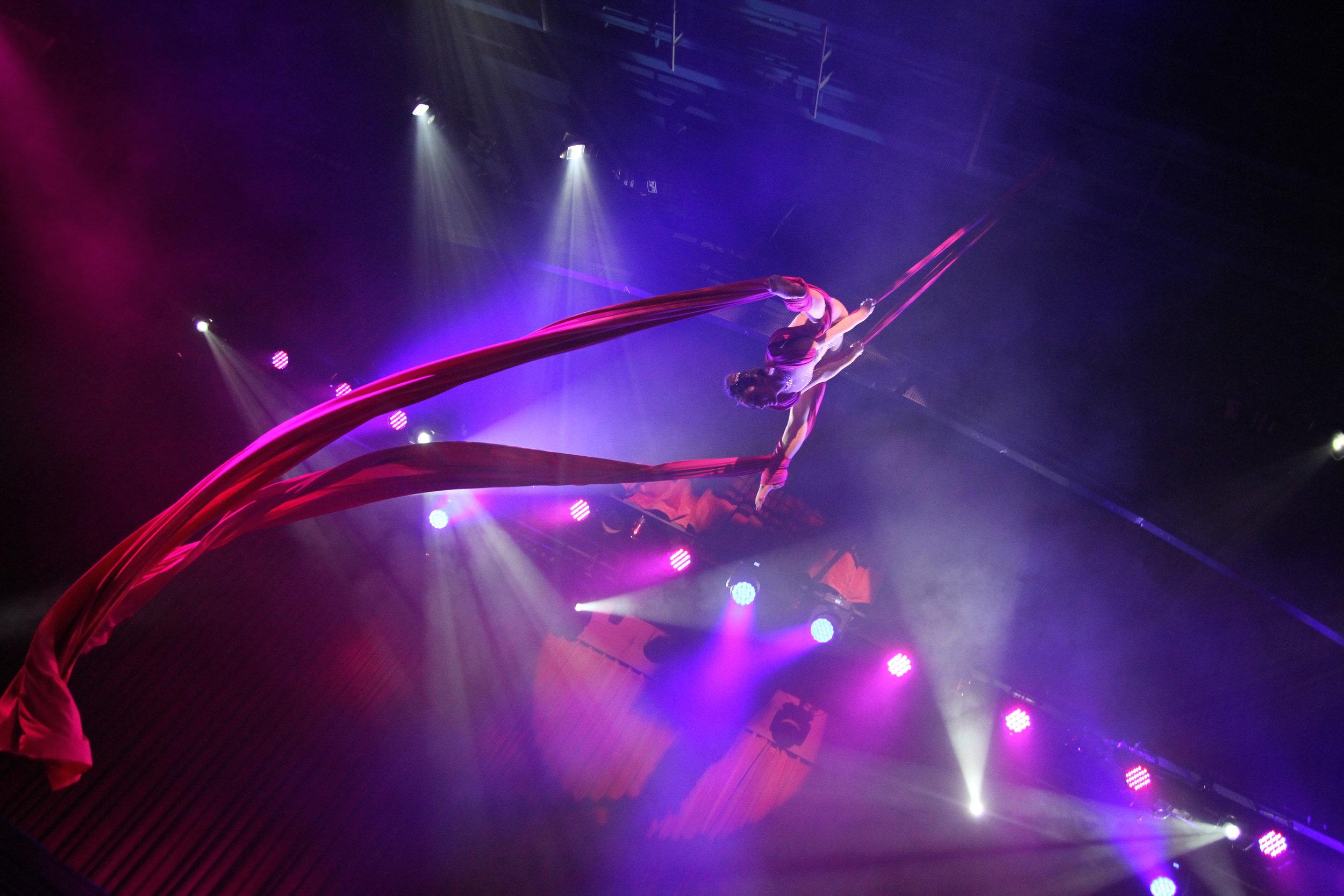 Aircandy. Vertikaltuch Performance. Luftartistin Berlin. Aerialist. Aerial Silk Berlin