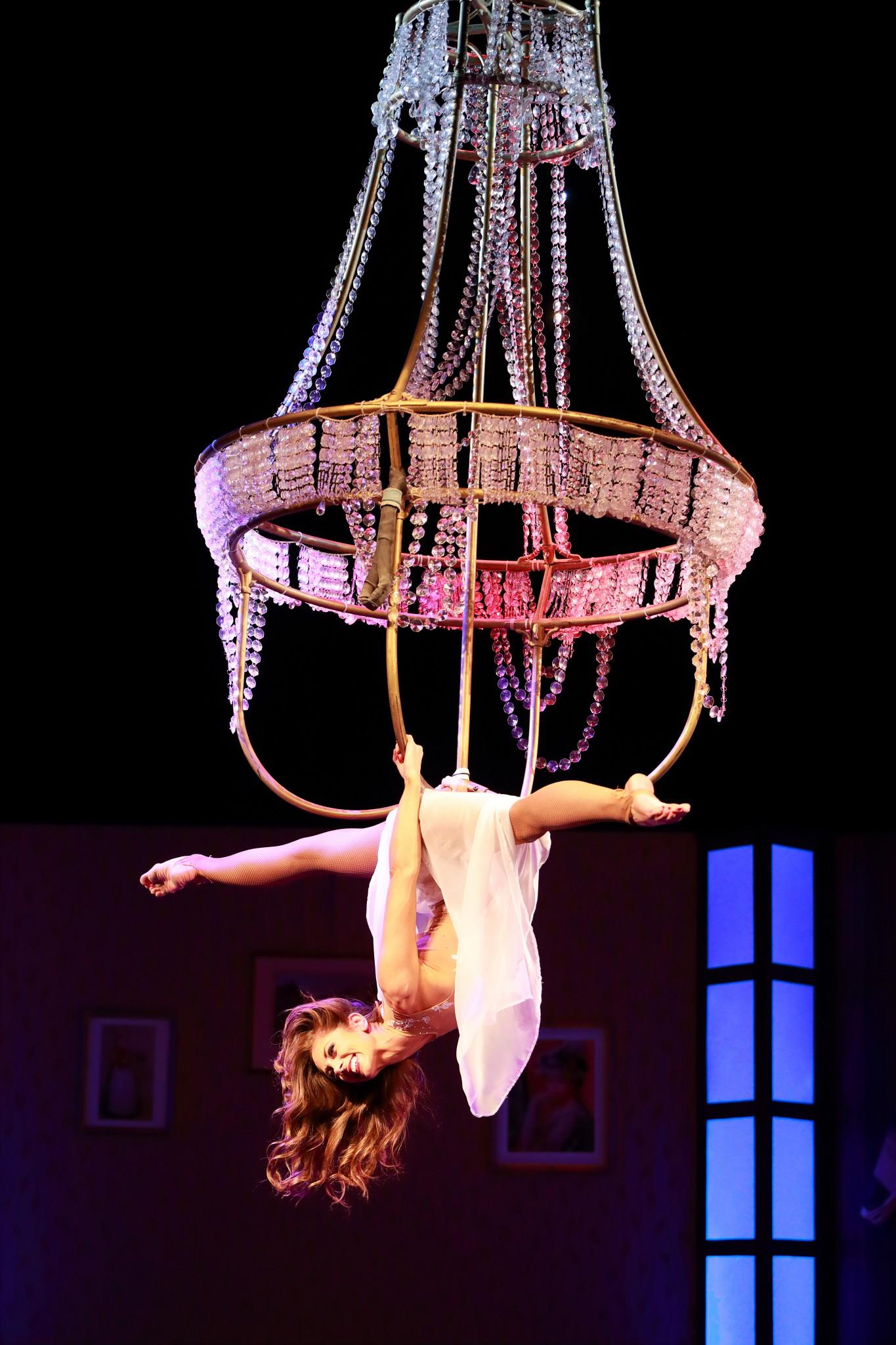 Flying Chandelier Performance - Kronleuchter Showact - Air Candy dassupertalent luftartistin am Kronleuchter