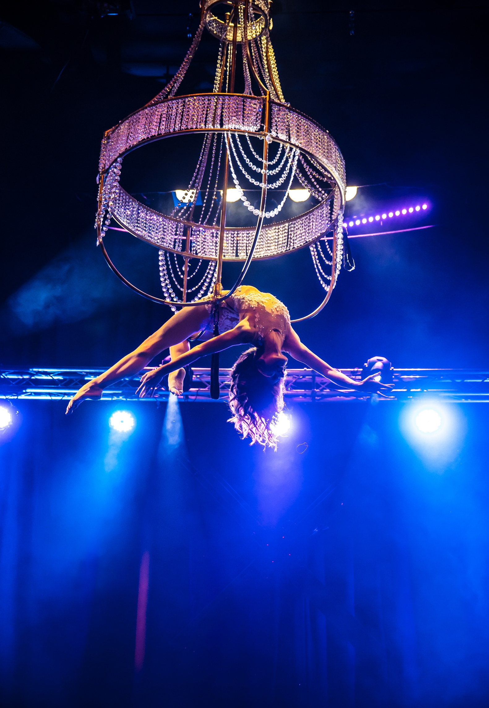 Kronleuchter Showact - Flying Chandelier Show - Aerial Chandelier Air Candy