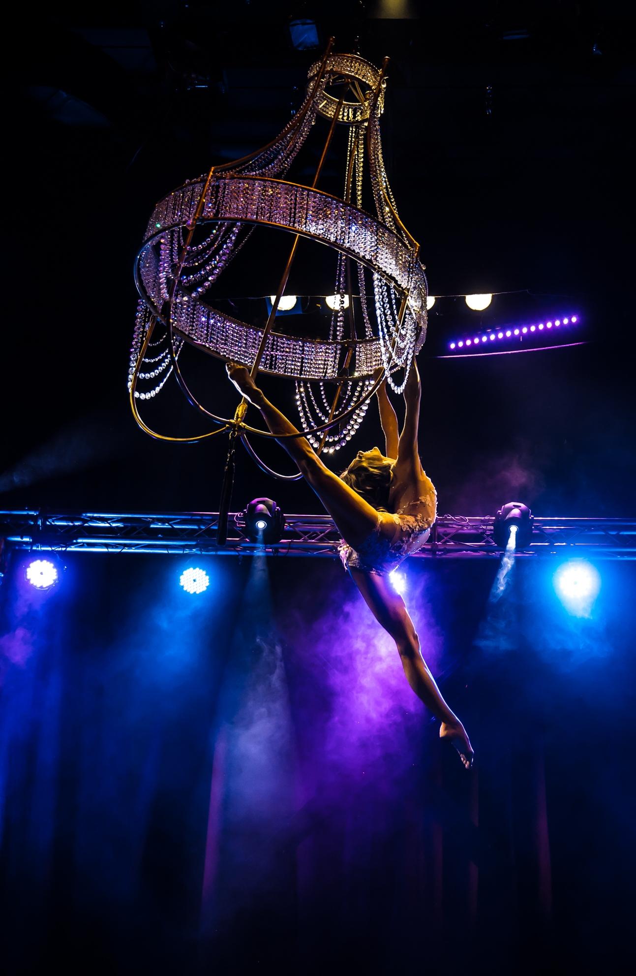 Supertalent luftartistin Air Candy - Flying Chandelier Showact - Aerial Chandelier  - Luftakrobatik Kronleuchter
