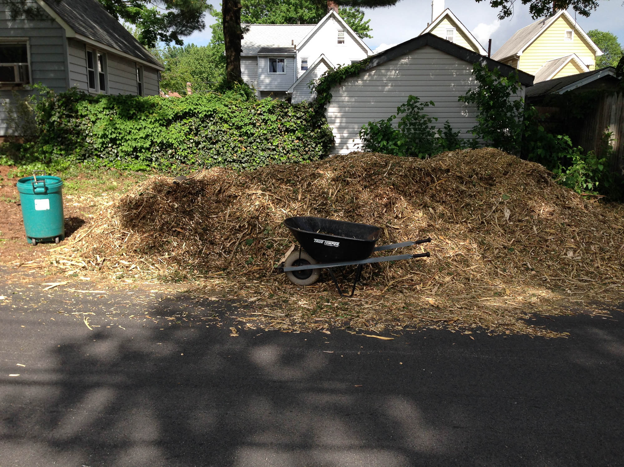 The last project in may was to give my soil some skin.  The first truckload of wood chips was not the correct order and it was another small ordeal to get a new one.