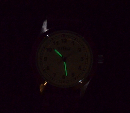 The luminous paint closely matches the dial color in normal lighting. In the dark, the hands glow green.