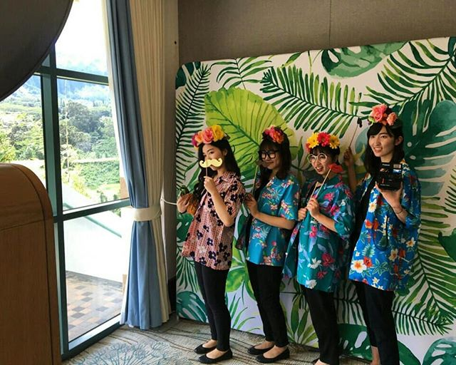 Thank you to  @royalhawaiiangolfclub for hosting a fun Bridal Open House! 🌈💥⚡💚🌴🌺 And to all of the wedding pros that made it extra fun and fancy 🎆 @ambientrentals @cakeworks_hi @itssoprettylinens @forthegoodevents @menehunemac @kaiphotofamily @accelrentals @casabridal @mangoseasonweddings @planthawaii @aperfectdayhawaii @blissdjshawai #oahuweddings #oahubride #koolaumountains #koolau #flashlab #flashlaboahu #oahuphotobooth ##hawaiiphotobooth #openairphotobooth #luxephotobooth #destinationwedding #weddingpros #wedding #photobooth