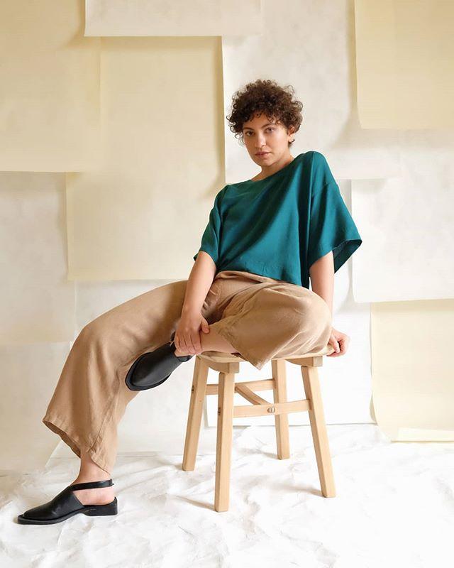 LANÇAMENTO_ nossa primeira coleção cápsula de roupas já está disponível na loja online. As peças foram todas desenvolvidas a partir de retalhos da indústria têxtil e tecidos de fibras sustentáveis. Com modelagem ampla, são confortáveis e contemporâneas. Já conferiu todos os modelos? Corre lá ver pois as peças são limitadíssimas!  Foto_ Helena Kussik //@helenakussik  Modelo_ Marcela Karam // @marcelakaram  Sapatos da @nuushoes_ 🖤