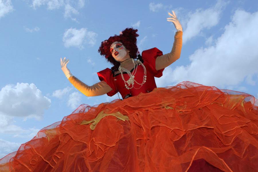 des-structures-geantes-embarquant-musiciens-chanteurs-et-acrobates-vogueront-sur-le-turzon-un-affluent-du-rhone-dimanche-soir-lors-du-spectacle-de-la-compagnie-transe-express-photos-archives-dl-et-dr.jpg