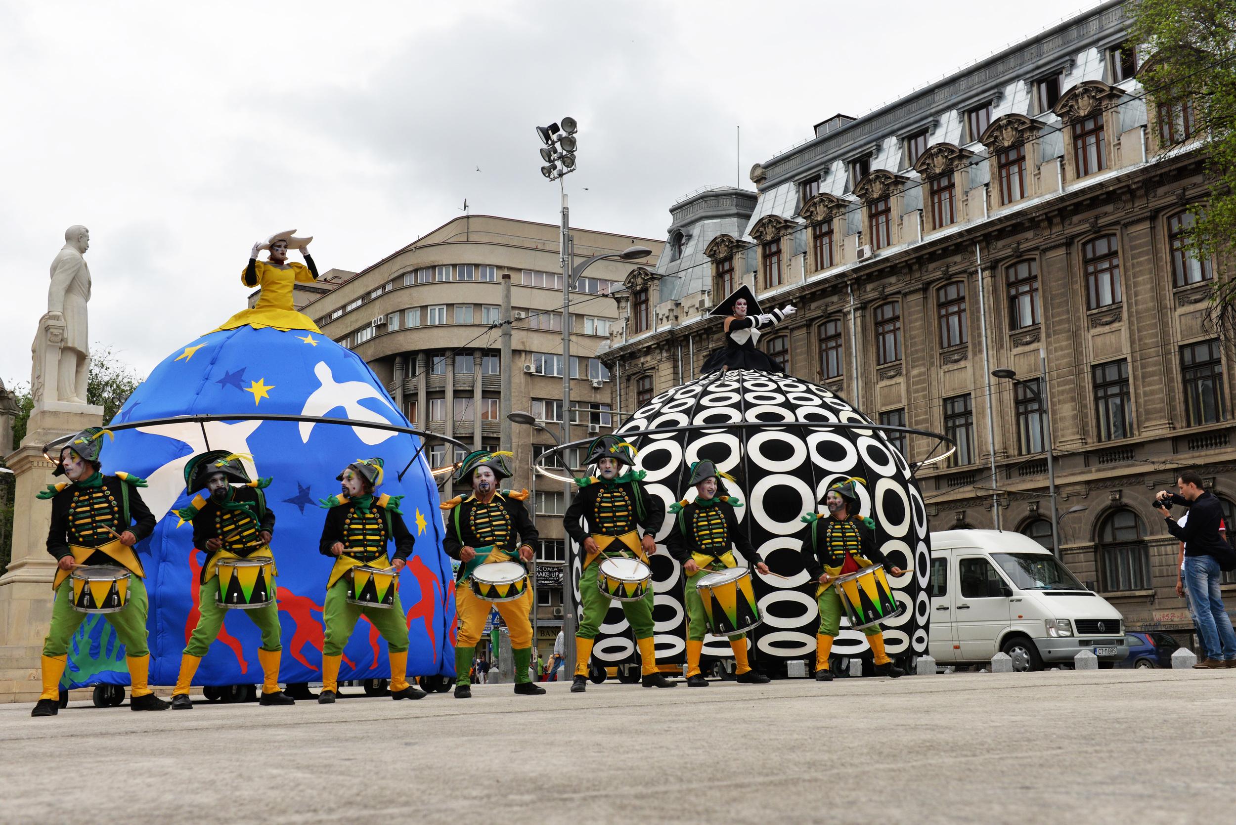 Poupées Géantes et Tambours à Bucarest