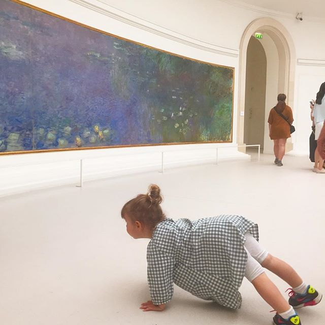When you take your toddler to a museum and she'd rather #plank than look Monet 😹 Traveling with kids ain't always easy, but it sure is entertaining. #getpassported