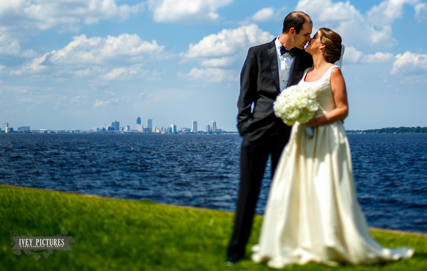 bride and groom jacksonville skyline
