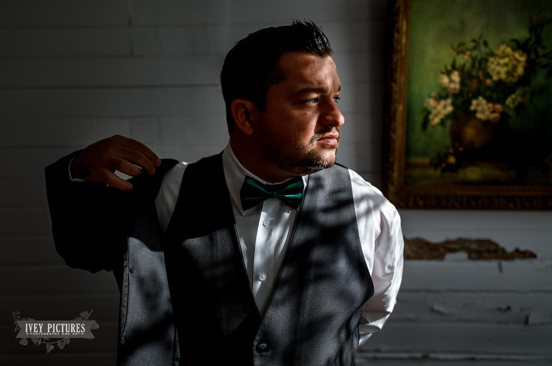 groom getting ready for wedding in jacksonville fl