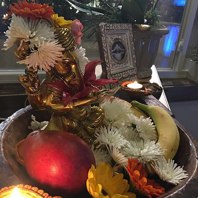 🍌🌷🍑🌼🍎💐 Being surrounded by flowers, fruit and good vibes keeps Ganesha content and ready to bless.  Om Gam Ganapataye Namaha!