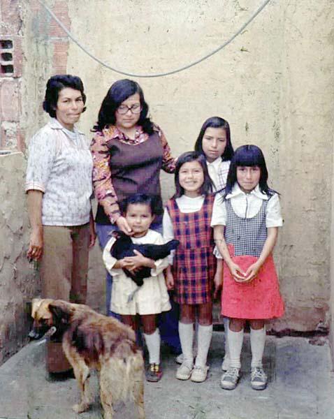 """Angela Acosta    """"En esta foto estoy con mis hermanitas y mimadre. Yo soy la de la gallinita la la pinta delos domingos... De eso ya hace como 24 años."""""""