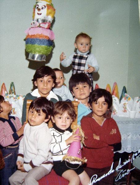 """Hernán González   """"Foto de mi primer añito de nacido.Mi papáy mi mamáse jalaron tremenda fiesta para todos los vecinitos.Digo que para todos los vecinitos porque yo era el mayor de los nietos y por ese entonces solo tenía una prima menor que yo""""."""