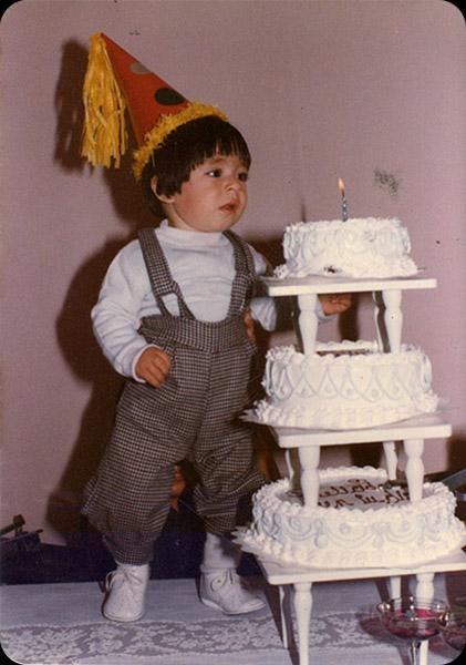 """Oscar Darío Piñeros   """"Mi hermano John Jairo en su primer cumpleaños al lado de su pastel de tres pisos """"el pastel coloso"""". La foto de John es de 1980""""."""