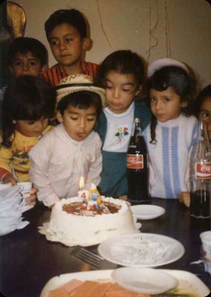 """Oscar Darío Piñeros   """"Respondiendo su llamado a esta importante convocatoria, les envío una foto de mi cumpleaños #4 """"Oscar de sombrero vueltiado"""" como lo indica pitufina. La foto es de 1987, birthday celebrado en Santa Fe de Bogotá."""""""