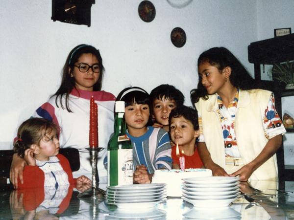 """Maritza Prada   """"Esta foto nos la tomaron en 1987... Yo soy la altica de la derecha y cumplía 10 años... pero lo que me gusta de esta foto es los que estamos ahí... ven como cada uno estáen un rollo diferente? Y lo mejor, quién sabe que pasó o porquéfue, pero mi primita y yo quedamos mirándonos la una a la otra..."""""""