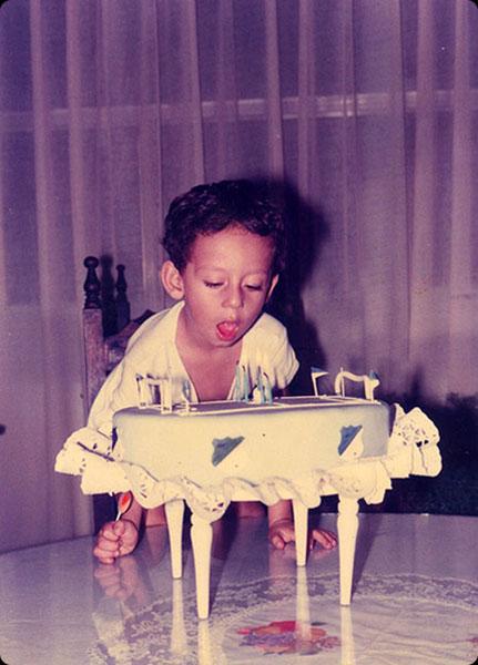 """Martha Revelo   """"El cumpleaños de mi hermano en Bogotá en 1981.Era la concentración máxima para soplar las velitas o tal vez el asombro de ver la cancha de futbol del Millonarios (la torta)hecha especialmente por mi tía Flor, quién sabe.."""""""