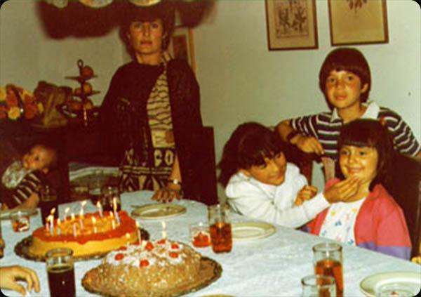 "Carolina Martínez    ""1985.Mi primo Jean Paul, mi hermana, mi hermanito a la izquierda y yo de fucsia."""