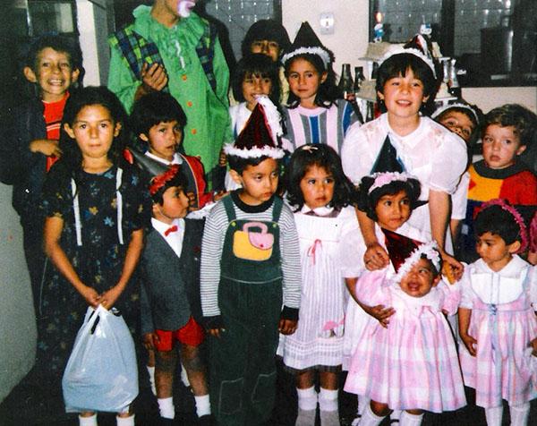 """Jennifer Alarcón    """"Cumpleaños de 1988, la piñata de mi hermanita la chillona de la foto –Cómo es capaz de llorar en su japiverdi?!. Yo soy la del lado derecho,la que la mira con intriga."""""""