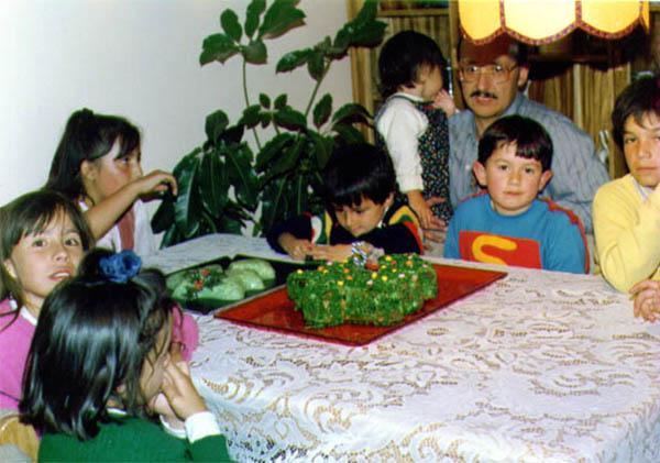 """Juan David Martínez    """"1989.Todos los ponqués de mi cumpleaños tenían motivos navideños por eso de cumplir en los diciembres.Nunca faltaba mi primo Manuel que iba a los cumpleaños con sus disfraces de Batman, Superman y el Hombre Araña."""""""