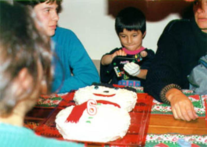 """Juan David Martínez    """"1990.Una cosa importante era tener en el momento de la foto algunos juguetes que me habían regalado y también un guante blanco izquierdo que nadie supo de donde venía pero que yo usaba en las ocasiones especiales."""""""
